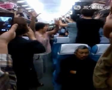 """火车上偶遇""""亚洲女子天团""""飙舞 人类已无法阻止广场舞了"""