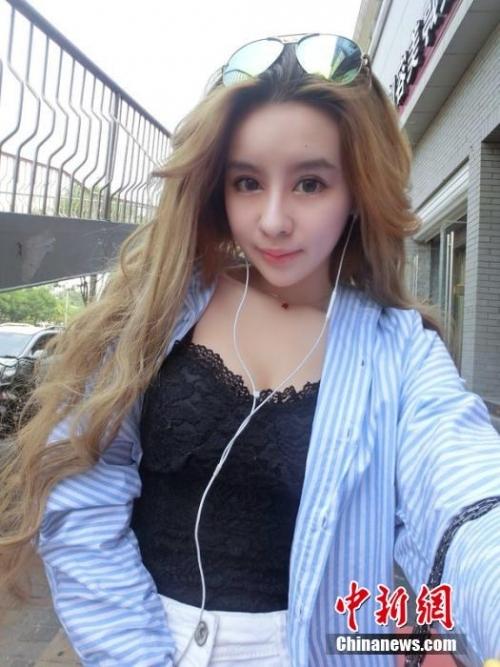翻阅其微博萌妹子高彩琪在微博中大秀诱人身材长腿细腰不时展露的