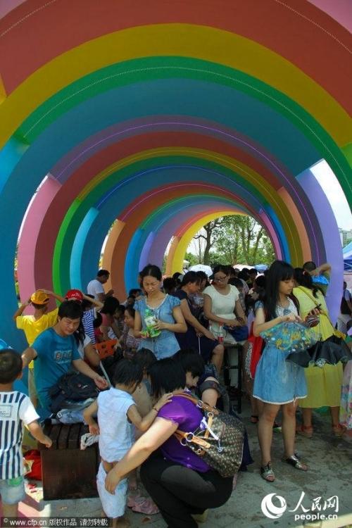 广州儿童公园开放首日挤爆棚