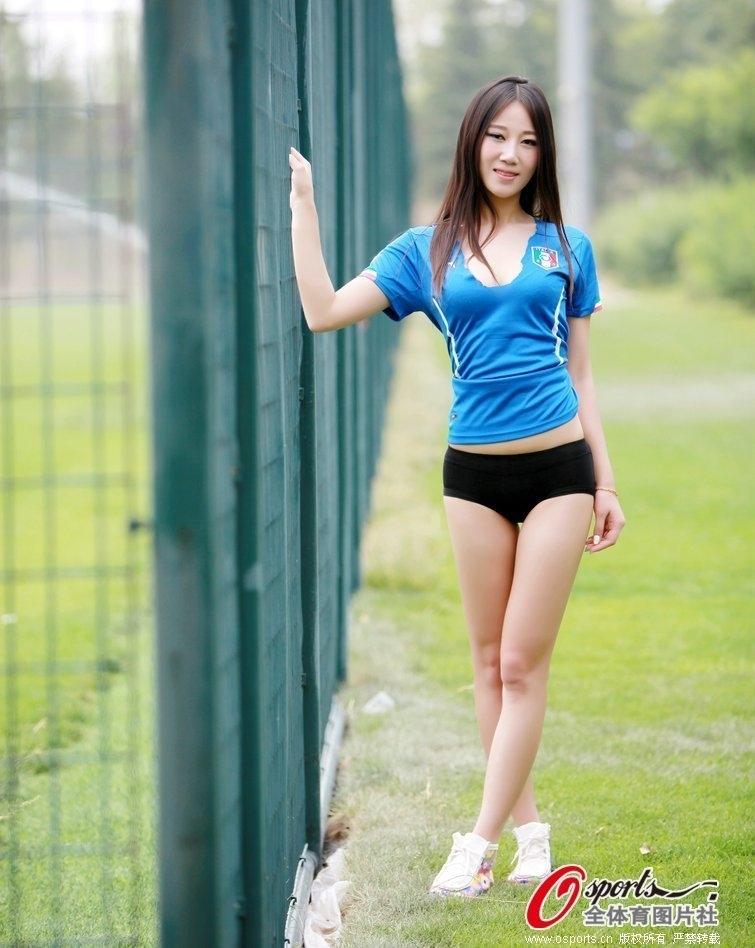 美女足球宝贝秀傲人身材力挺意大利组图
