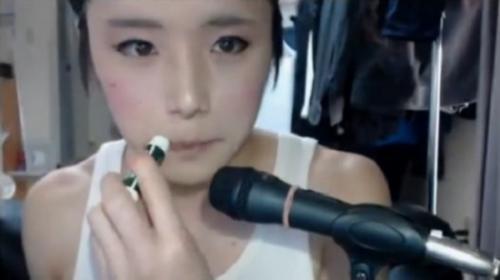 日本小伙化妆成美少女视频走红组图