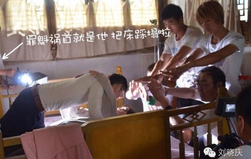 刘晓庆与8帅哥拍床戏 床塌了!