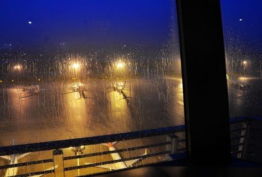 雨中的飞机在起飞降落.(图片来源于网络)