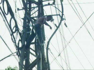 上了路边承载10千伏电缆的高压电塔引起路人一片惊恐