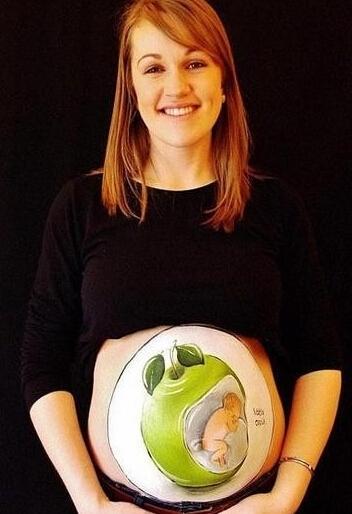 英国画家在孕妇肚皮上作画
