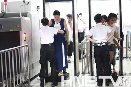 哈尔滨火车站安检升级 实行旅客携带品全部过机和全面身检图片