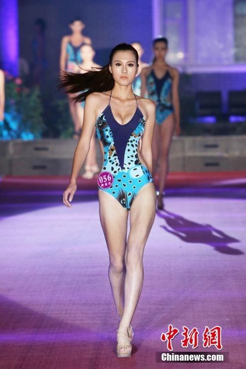 高挑美女泳装亮相影视模特大赛组图