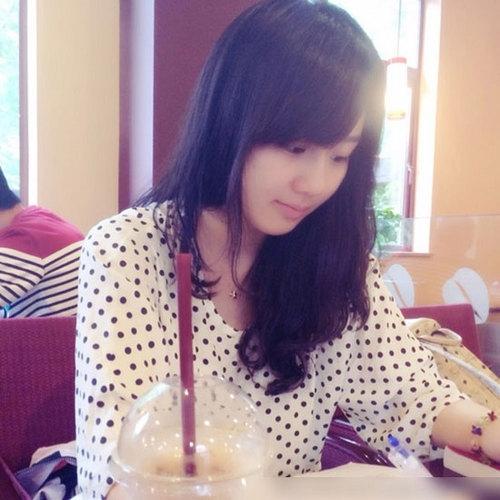照片上女孩清纯可爱,侧脸和杨紫很像.