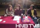 大赛导演张娜(左)、史芙蓉(左)王恒斌(右)认真商讨比赛事宜
