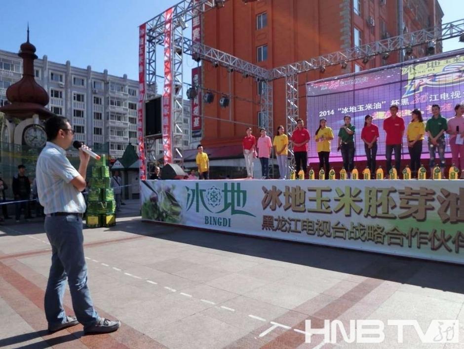导演李少华(左)为选手进行彩排