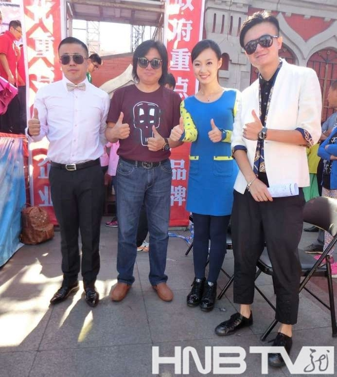 黑龙江电视台知名节目主持人与导演合影梁枫(左一)、王恒斌(左二)、邓晓航(右二)、维斯(右一)