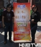 大赛导演王恒斌(左)史芙蓉(右)与宣传海报合影
