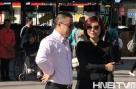 大赛导演史芙蓉(右)与主持人梁枫(左)商讨大赛事宜