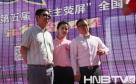 选手与大赛导演李少华(左)主持人梁枫(右)合影