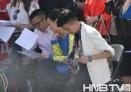 黑龙江电视台知名节目主持人梁枫、邓晓航、维斯台下认真记背台词