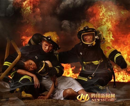 火中勇救被困美女