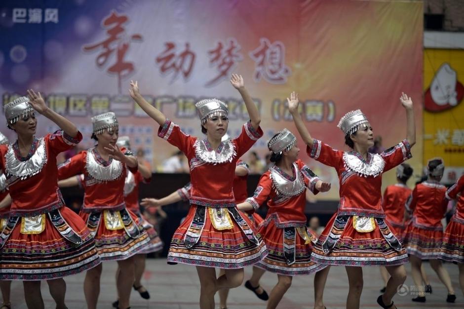 重庆大妈赤脚露肚脐参加广场舞比赛(高清组图)