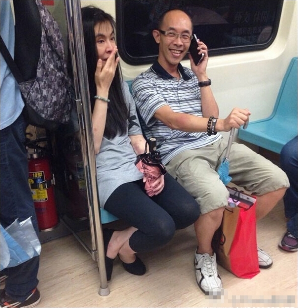 网曝47岁王祖贤素颜搭地铁照
