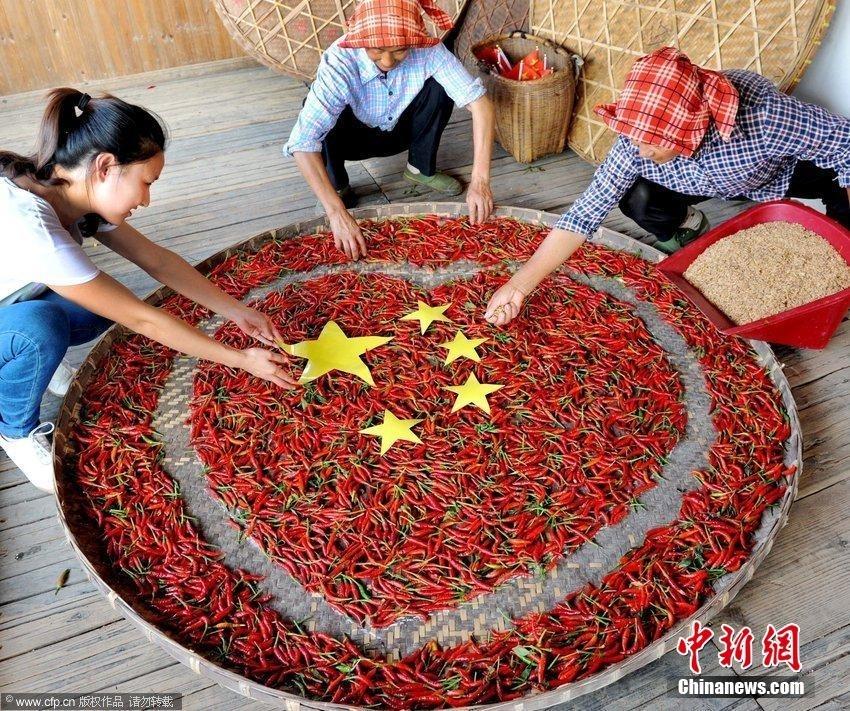 """江西婺源""""晒秋大妈""""拼五星红旗喜迎国庆(组图)"""
