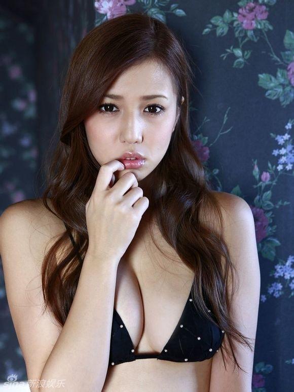 日本女星丸高爱实性感写真 挺胸翘臀极致诱惑