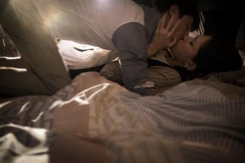 就有一场关键性的激情吻戏和火辣床戏
