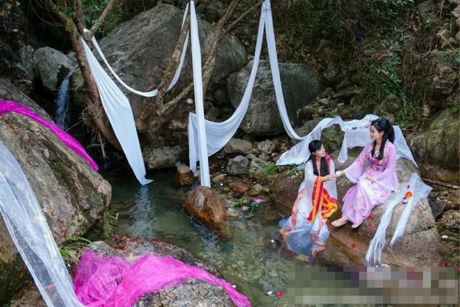 6名美女身着古装山谷办生日派对