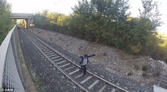意大利男孩卧轨玩冒险自拍 火车穿过毫发无伤(组图)