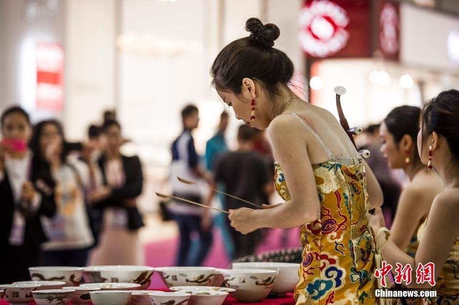 美女模特穿圆碟礼裙吸引眼球组图