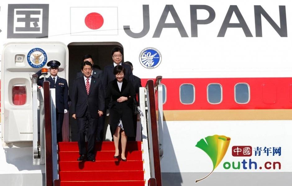 日本首相安倍晋三乘飞机抵达北京(组图)