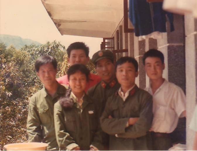 注:图中前排左一为彭丽媛,右三为郭良营得知彭麻麻是郓城老乡,演出图片
