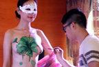 嫩模裸上身彩绘披薄纱遮体