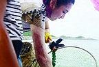 Selina加盟《囍从》学捕鱼 不惧暴露烧伤痕迹