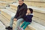 李小鹏录节目带女儿重游雅典 奥莉双手合十翘脚卖萌