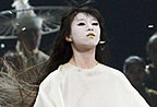 小彩旗浓妆脸惨白与杨丽萍共舞 被指像贞子
