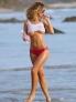 当地时间12月4日,嫩模艾拉(Ela Rose)超短背心大秀浑圆G奶,海滩欢跑湿身,巨波露一半险滑出。