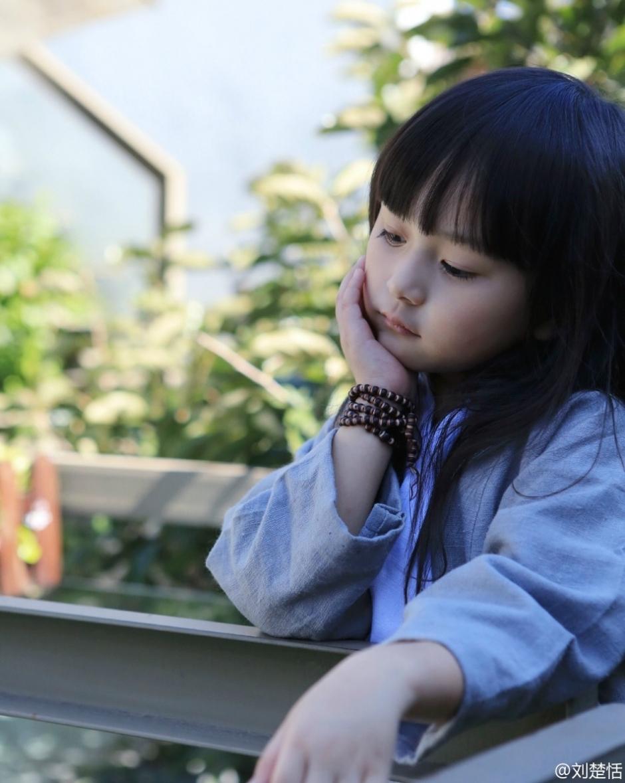 新浪娱乐讯 近日,5岁的小萝莉刘楚恬在微博晒出自己的一套汉服写真