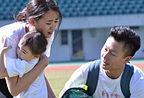 奥莉现身《极速》冠军战 李安琪抱女儿哭泣