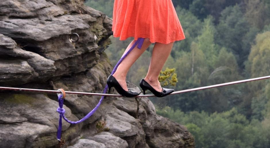 美国一女子穿高跟鞋走钢丝组图 940