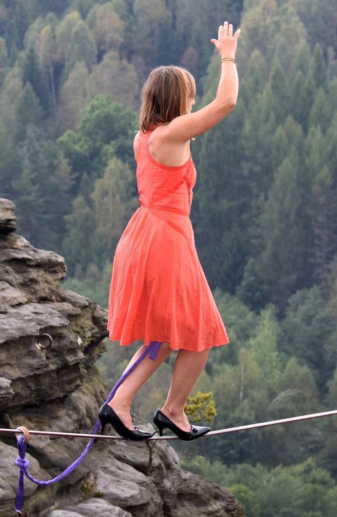 美国一女子穿高跟鞋走钢丝组图 竖