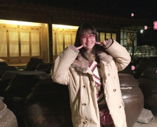 49岁周海媚现身韩国与友人聚餐 网友:像高中生