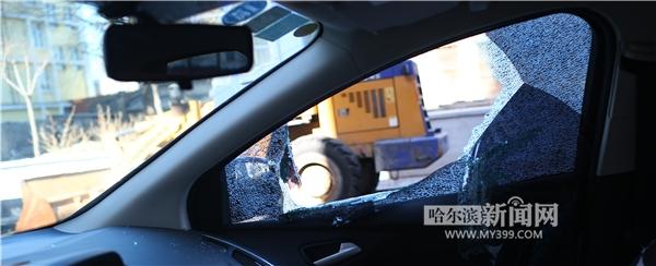 停靠在路边的一辆轿车玻璃被砸个大窟窿。 黑龙江网络广播电视台讯 18日,哈尔滨道外区钱塘街18号附近多辆停靠在路边的私家车被砸,车内被翻得乱七八糟,有的车放在车内的少量现金被盗。 记者18日上午赶到事发地点看到,一辆白色福特福克斯轿车副驾驶玻璃被砸碎,大量碎玻璃散落在座椅和操控台上,车内手套箱被打开,车内物品凌乱。据该车车主介绍,放在车内的驾驶证等证件并未丢失,但少量现金被盗。另一位被砸奥迪车车主表示,早上7时左右,有人拨打了放在前风挡玻璃处的挪车电话,他才知道车辆被砸。经过检查发现,车内有100多元现