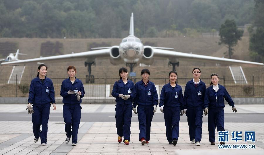 职业技术学院的飞机展示坪前