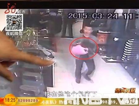 """男子曾因盗窃""""三进宫""""身着偷来的衣服再次被抓。(图片来自视频截图)"""