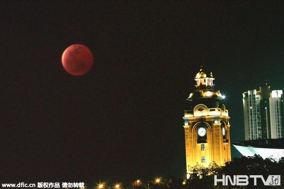 """2015年4月4日,重庆,三峡库区重庆万州""""红月亮""""现身"""