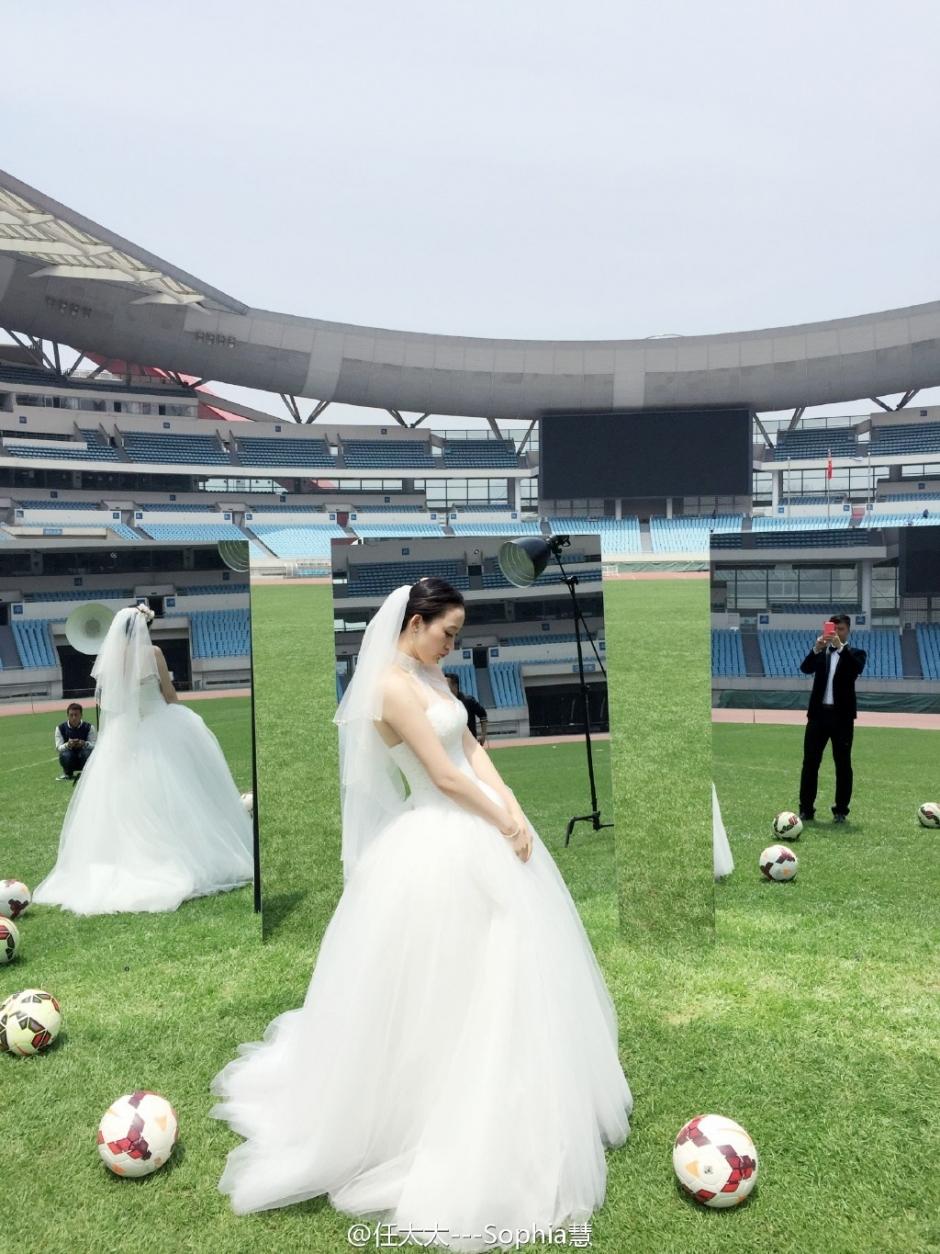 近日,两人在足球场上拍摄了一组很有创意的写真,唯美的婚纱照更是特别图片