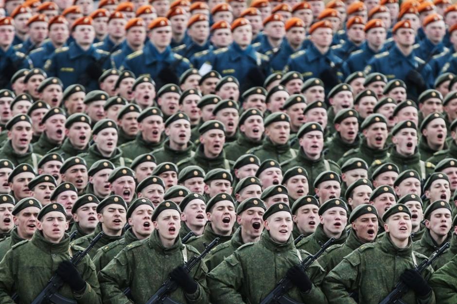 当地时间2015年4月22日,俄罗斯莫斯科州,俄罗斯陆军士兵呈方阵队形在