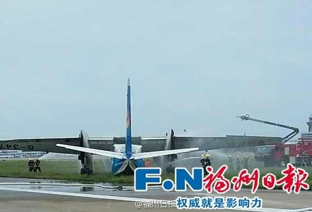 福州机场一飞机降落时滑出跑道(组图)