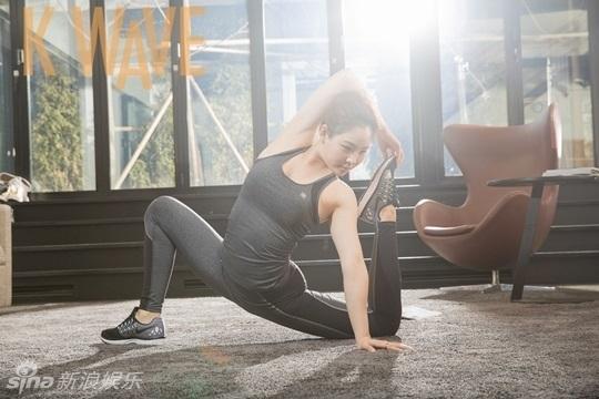 韩国女艺人申秀智近日为某杂志拍摄一组瑜伽主题写真,展示了多年运动
