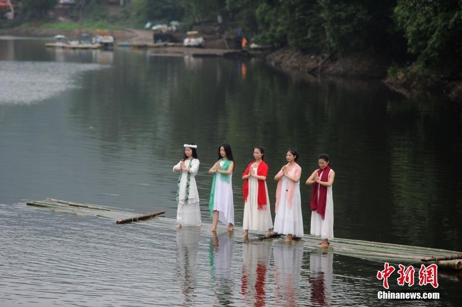 长沙瑜伽达人上演水上瑜伽 秀优美身段(图)