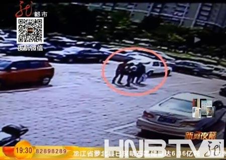 母亲带儿媳当街痛打出轨儿子。(图片来自视频截图)